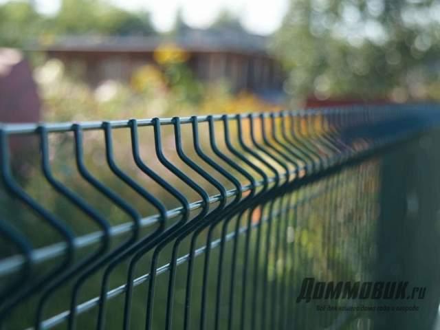 Как выбрать прочный забор для дачи