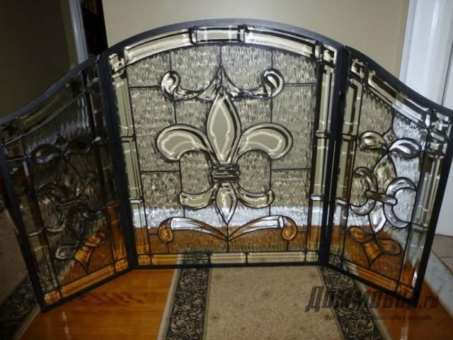 Имитация камина в интерьере гостиной со стеклом