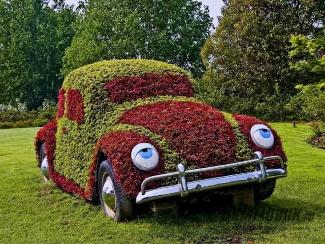 садовая фигура из старой машины