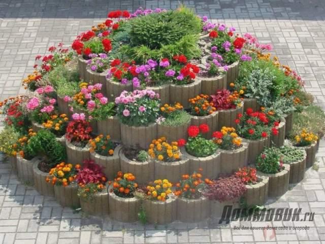 многоярусный цветник в городе
