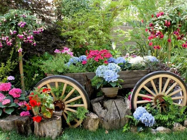 клумба-тележка в саду