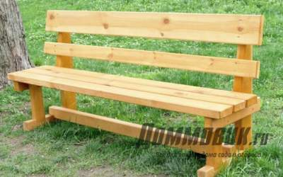 Деревянные скамейки в саду