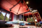 Самые необычные подвесные кровати в интерьере